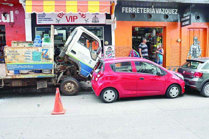 Camión Gasero a Punto de Causar Tragedia