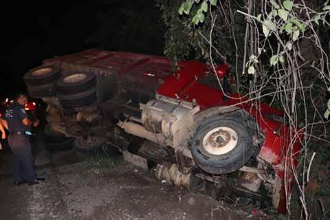 Camionero Terminó Volcado al Conducir a Exceso de Velocidad
