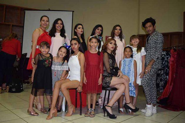 La diseñadora Gabriela Pérez junto a las modelos que lucieron sus creaciones.