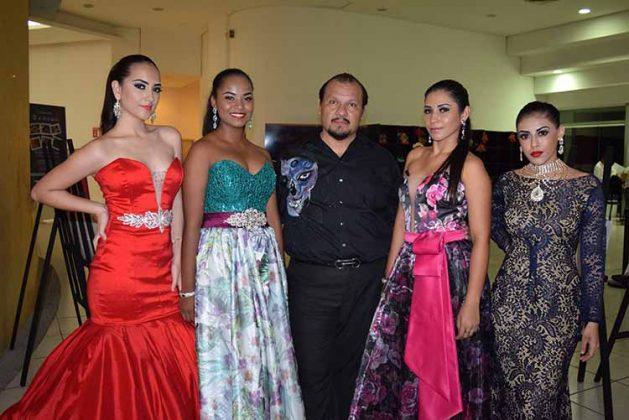 El diseñador Mario Domínguez con sus modelos: Alison Vázquez, Ashley Jacquelin, Erandi Zavala, Ivana Hernández.