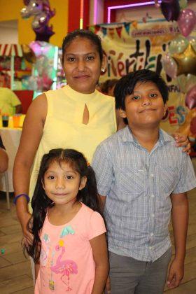 Sofía de la Cruz, Raquel Gómez, Axel de la Cruz.