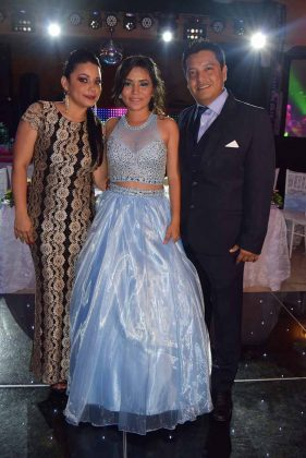 La debutante con sus padres: Karla Aguilar& Adrián Pascasio.