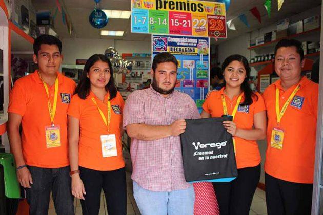 """El equipo de """"Compusistemas de Chiapas"""" hizo entrega de regalo a su cliente: Steve González."""