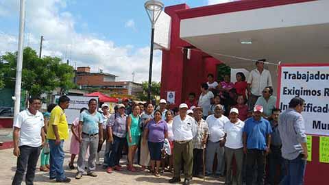 Trabajadores Piden ser Reinstalados en Ayuntamiento de Huixtla