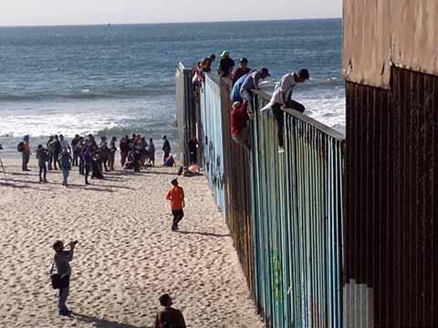 En la Playa, Migrantes Esperarán al Resto del Éxodo en Tijuana