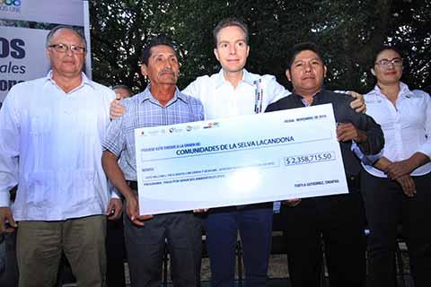El gobernador Manuel Velasco Coello, entregó recursos del programa Pago por Servicios Ambientales a pobladores de Ocosingo. En los últimos seis años Chiapas se convirtió en el estado de la República que más impulsa este programa.
