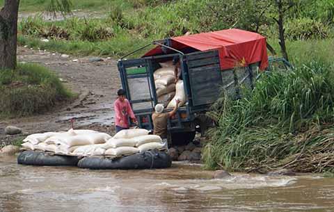 Continúa el Tráfico de Combustible y Maíz en el Río Suchiate