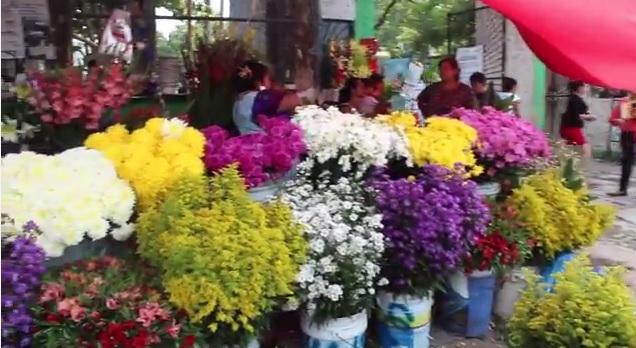 Baja el Precio de las Flores con Motivo del Día de Muertos en Huixtla