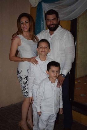 Emiliano y Enrique con sus padrinos, Yaric León, Romulo Urtuzuastegui.