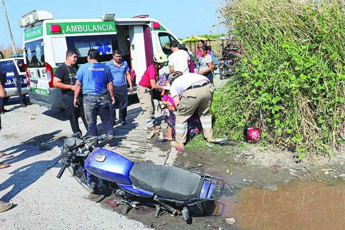 Familia Viajaba en Motocicleta y fue Atropellada