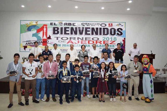 """En la clausura del Torneo de Ajedrez """"Don Juan Zamora Velázquez"""" In Memoriam, se entregaron los premios a los primeros lugares de cada categoría, como fueron dinero en efectivo, tableros de ajedrez, medallas, entre otros, además de reconocer la participación de ajedrecistas destacados de la región."""