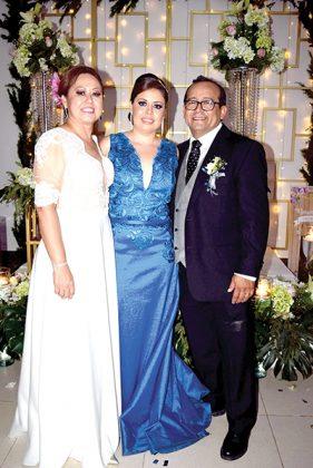 Los novios con la madrina de anillos, Gisel Magaña Pinto.