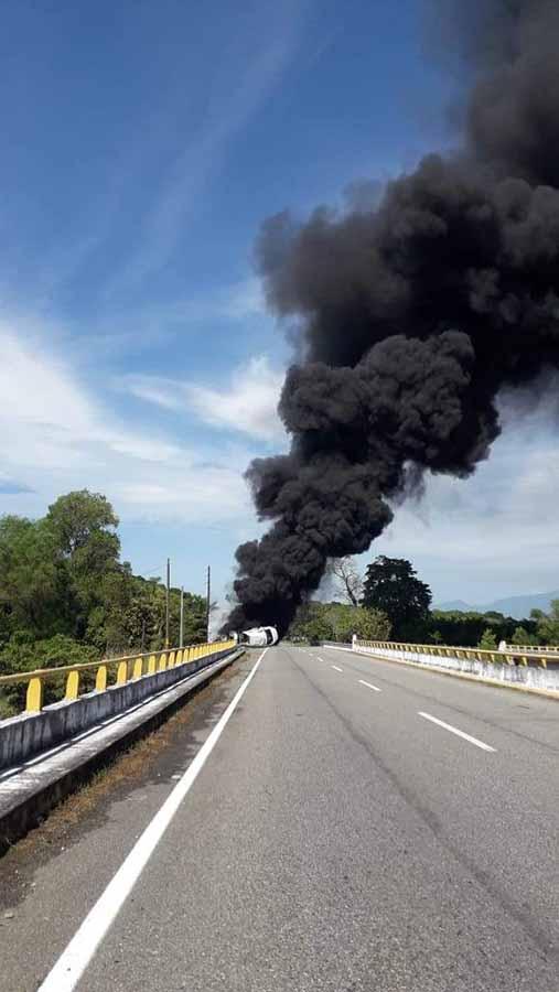 Pipa Vuelca y se Incendia iba Cargada de Diesel