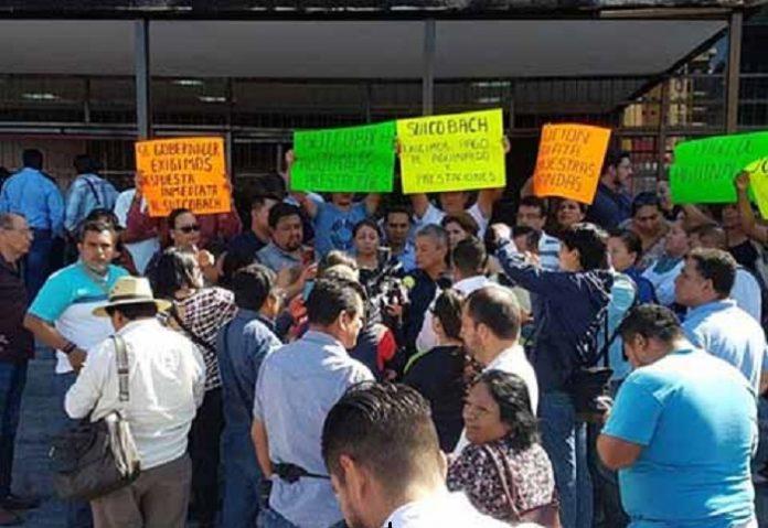 Mientras que en Tuxtla Gutiérrez, trabajadores del COBACH exigen el pago de sus aguinaldos y la segunda quincena de diciembre, en Tapachula decenas de maestros tomaron la Unidad Administrativa, para presionar que les paguen sueldos a maestros interinos, aguinaldos, entre otras percepciones.