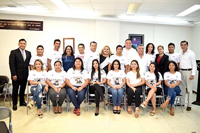Este grupo de entusiastas estudiantes culminaron con éxito sus estudios universitarios.