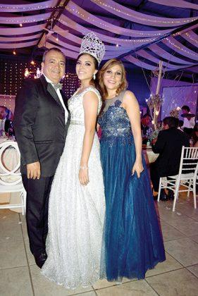 Teódulo Castañeda y Patricia Díaz acompañando a su hija.