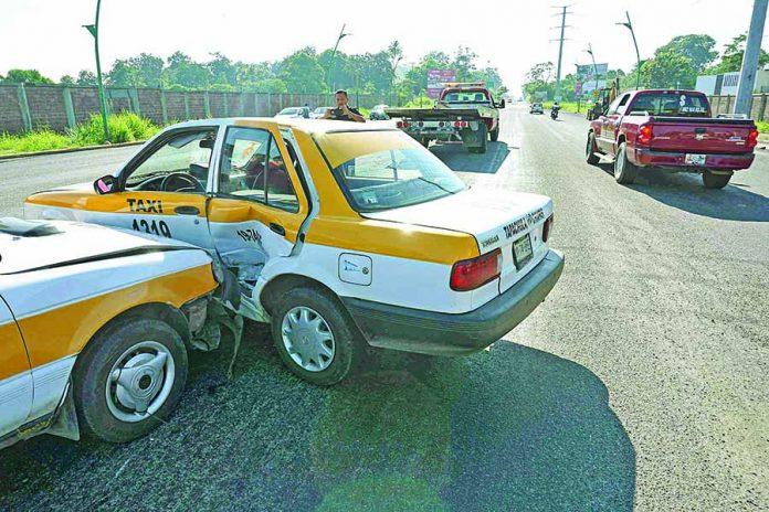 Choque Entre Taxis Deja a dos Pasajeras Heridas