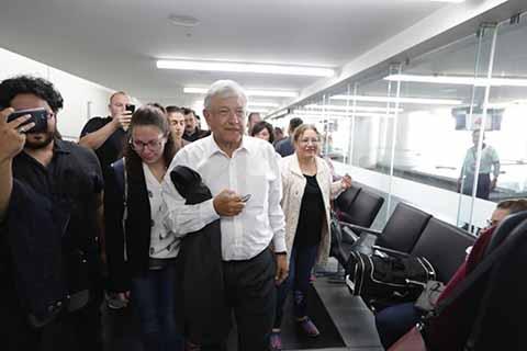 AMLO Cumple Promesa y Toma Vuelo Comercial a Veracruz Como Presidente