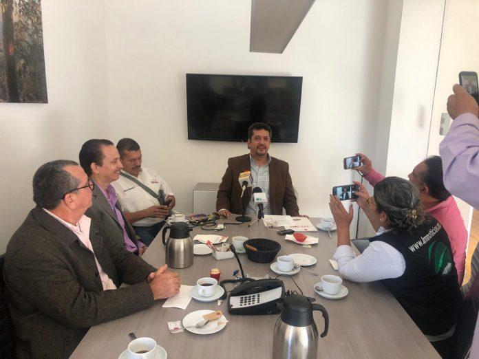 """Los Mochis, Sinaloa.- La Federación de Abogados de Sinaloa (FEDASIN) exigió a representantes de la empresa constructora Gas y Petroquímica de Occidente (GPO) a dar la cara en un foro abierto e incluyente para que aporten a la ciudadanía la información completa acerca de la construcción y operación de la planta de amoniaco en el puerto de Topolobampo. En conferencia de prensa, el presidente de la FEDASIN, José Luis Polo Palafox, afirmó que GPO debe demostrar que hay dictámenes de impacto ambiental y que la inversión de 5 mil millones de pesos es cierta. Agregó que la idea es dejar claro el tema con información precisa, """"GPO debe informar si los terrenos en los que se pretende construir la planta de amoniaco están o no en sitio Ramsar, a cuánto asciende la inversión, y cuáles serán los beneficios directos para la región y sus habitantes"""", precisó. Polo Palafox enfatizó que si esta empresa no está dispuesta a poner sobre la mesa todos los elementos necesarios para tomar una decisión informada sobre la construcción de dicha planta sería mejor que se """"largue"""" del municipio. El presidente de la FEDASIN afirmó que es importante que los ciudadanos conozcan la forma en que operaría la planta y cuál sería el posible daño que generaría al medio ambiente, por ello la Federación que encabeza también convocará a este foro a ambientalistas, biólogos, universitarios, catedráticos, legisladores locales y federales sin distinguir partidos, abogados, sociedad civil y, principalmente, a la ciudadanía en general a discutir este tema. """"Estamos proponiendo analizar ocho puntos para darlos a conocer a la sociedad en general, queremos que el foro sea de manera abierta donde estén los medios de comunicación, la sociedad en general y especialistas para que se tenga la información clara y precisa"""", afirmó."""
