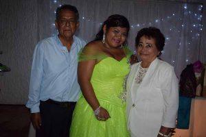 Estrella con sus abuelitos: Rosario Marroquín & María Castillo.
