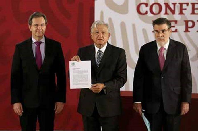 El presidente Andrés Manuel López Obrador, firmó ayer la iniciativa de reforma al marco normativo relacionado con la educación, para derogar la vigente generada en 2013 a partir del llamado Pacto por México.