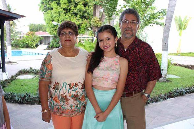 La quinceañera con sus abuelos: Luvia Flores & Jesús Pulido.