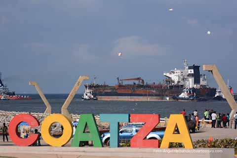 Al menos 24 buques tanques que trasladan combustible, se encuentran varados en Tuxpan y Coatzacoalcos, debido a que no han podido descargar porque las terminales de almacenamiento se encuentran saturadas. Sin embargo, Pemex tendrá que pagar de penalización hasta 30 mil dólares diarios por cada buque.