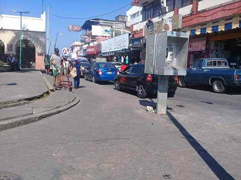 La limpia del comercio ambulante deben ampliarse hacia los alrededores de los mercados Sebastián Escobar y San Juan, donde cada día reducen los espacios para el paso vehicular, no se diga peatonal. Es hora que el Ayuntamiento aplique el bando de buen gobierno.