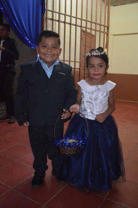 José Alfredo Ruiz y Larissa Enríquez, fueron los pajecitos.