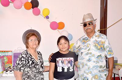 La festejada junto a sus abuelitos Blanca García, Anastacio Domínguez.