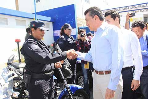 Para reforzar acciones de seguridad, el gobernador Rutilio Escandón Cadenas, hizo entrega de camionetas y cuatrimotos a cuerpos policíacos en Comitán de Domínguez.