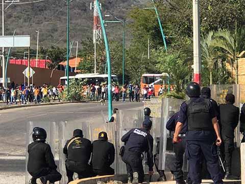 Se Enfrentan Normalistas de Mactumactzá y la Policía en TG