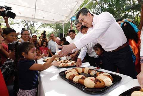 Junto a Cientos de Familias, Festeja Rutilio Escandón el Día de Reyes