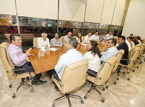 El gobernador Rutilio Escandón se reunió con las y los Diputados federales y Senadores chiapanecos, a quienes exhortó a trabajar de manera honesta, transparente y cercana a la gente.