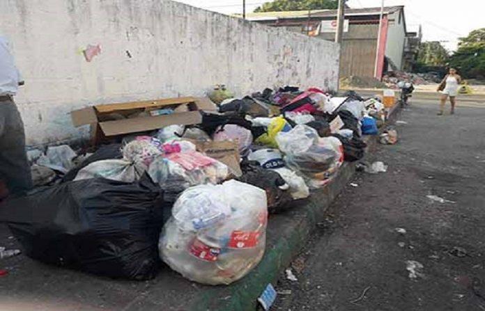 Montañas de basura inundan calles y avenidas, debido a que los camiones colectores los envían una vez al mes, dejando el servicio a los tricicleros quienes cobran por la recolección domiciliaria de los residuos.