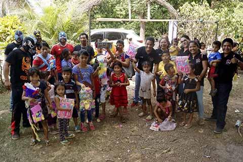 Niños de las Colonias Aledañas al Basurero Reciben Juguetes por el Día de Reyes