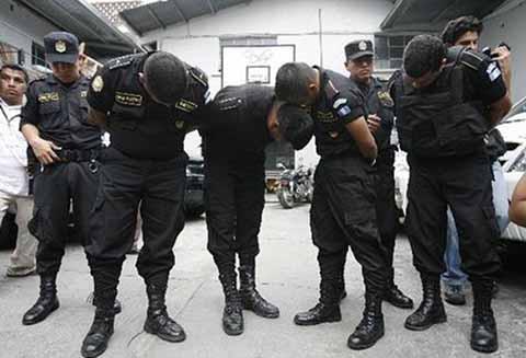 Detienen a 22 Policías en Guatemala Vinculados en Robos, Asaltos y Extorsión