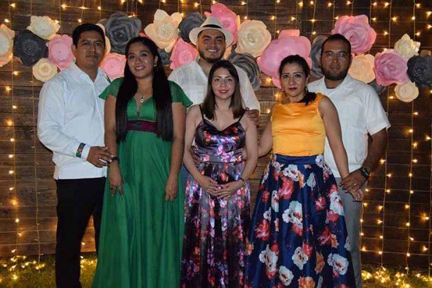 Amigos de los novios presentes en el festejo.