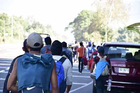 Caravana de 500 Centroamericanos Irrumpe en Forma Violenta la Frontera