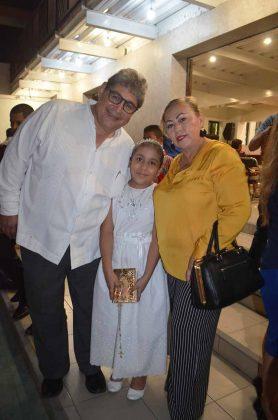 Cecila Valentina, con sus padrinos: Víctor Pimentel & Miriam Tirado