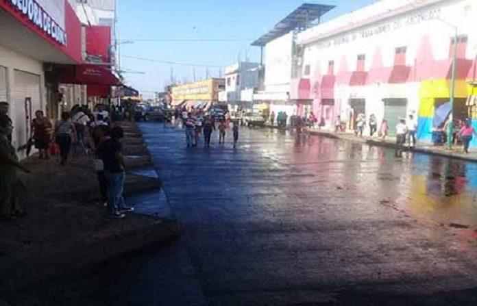 """Durante la madrugada del domingo, elementos de la Policía Estatal, Ministerial, Ejército Mexicano, entre otros, desalojaron a vendedores ambulantes que mantenían ocupadas las calles y banquetas del centro histórico, así como alrededores del Mercado """"Sebastián Escobar""""."""