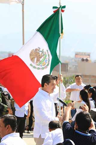 Encabeza Rutilio Escandón Conmemoración del Día de la Bandera