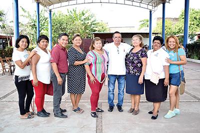 Ignacio Monzón, Director del Plantel, con vecinos integrantes de la Coalición de Colonias Populares A.C.