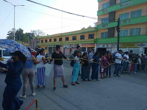Padres de Familia Protestan Contra CFE por Cortar Luz a Escuela Primaria