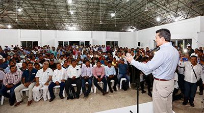 El Gobernador favoreció con el Proyecto de Seguridad Alimentaria para Zonas Rurales a 20 localidades de Chilón, donde además entregó equipos para fortalecer la red de frío, así como medicamentos y material de curación a la Jurisdicción Sanitaria VI, con sede en Palenque.