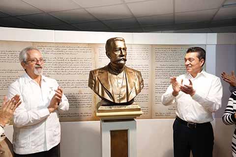 Junto a los bisnietos de Belisario Domínguez, el mandatario develó en Palacio de Gobierno, un busto del prócer chiapaneco y recorrió la exposición que explica su vida y obra.