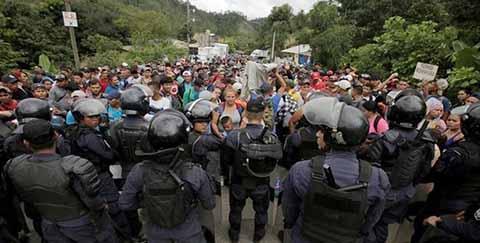 """Caravana de migrantes ingresó de manera ilegal a través del paso ciego """"La Canastilla"""" logrando internarse al río Suchiate, y al iniciar su recorrido en territorio mexicano, fueron cercados y detenidos por fuerzas federales."""