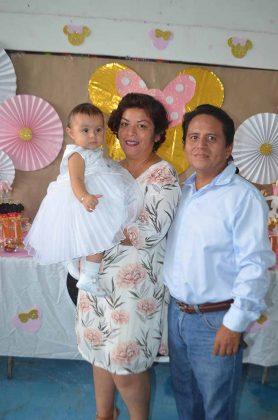 Alice con sus padrinos,Angélica Valencia, Sergio Martínez.