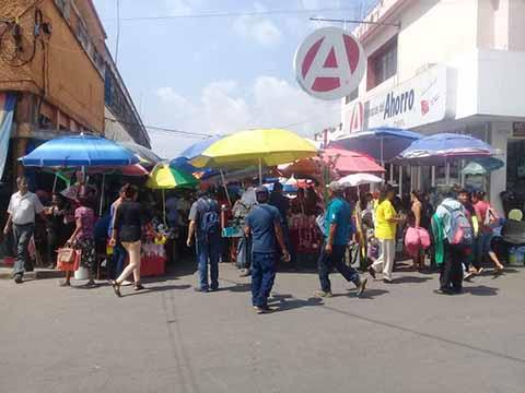 Desafiando a las autoridades, los comerciantes regresaron a los lugares de donde días antes habían sido desalojados por la fuerza pública.