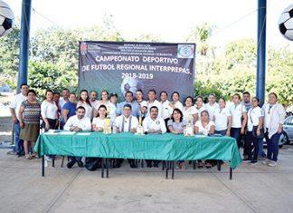 Personal docente y administrativo de la preparatoria sede, junto a los invitados especiales.